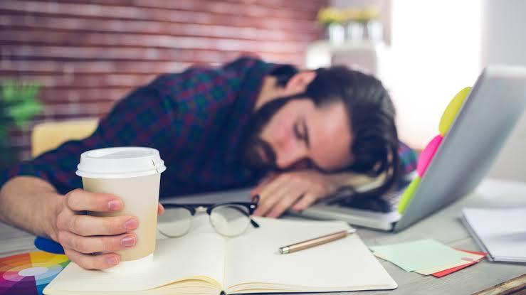 仕事中に寝てしまう男性
